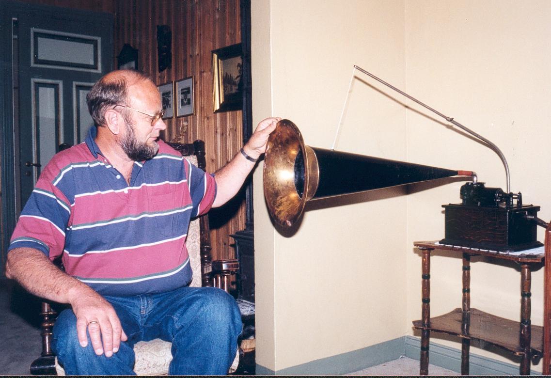 Magnus Lindland med fonografen i hele dens størrelse